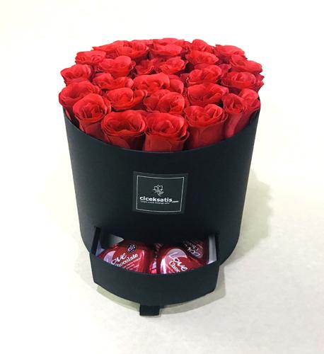 Kutuda Yapay Kırmızı Güller ve Kalpli Çikolatalar